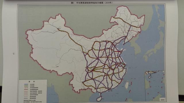 中国铁路运营里程   这是3月5日上午公布的十三五规划纲要草案中的内容。据《法制晚报》,十三五期间将贯通哈尔滨至北京至香港(澳门)、连云港至乌鲁木齐、上海至昆明、广州至昆明高速铁路通道,建设北京至香港(台北)、呼和浩特至南宁、北京至昆明、包头银川至海口、青岛至银川、兰州(西宁)至广州、北京至兰州、重庆至厦门等高速铁路通道,拓展区域连接线。高速铁路营业里程达到3万公里,覆盖80%以上的大城市。   十三五规划纲要草案内容   据悉,近期开工并奠基的安徽合肥至福建福州铁路客运专线,是北京至福州再到台湾的高速