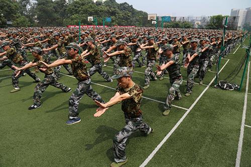凡是参加过军训的人,一般都对跑步有比较深刻的印象.