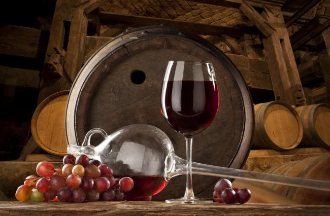 什么是葡萄酒:   葡萄酒是用葡萄果实或葡萄汁,经过发酵酿制而成的酒精饮料。在水果中,由于葡萄的葡萄糖含量较高,贮存一段时间就会发出酒味,因此常常以葡萄酿酒。   葡萄酒是目前世界上产量最大、普及最广的单糖酿造酒。早在六千年以前,在盛产葡萄的地中海区域,两河流域的苏美尔人和尼罗河流域的古埃及人就会酿造葡萄酒。   酿制方法:   1.