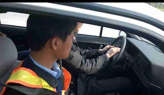 科目三是比较难考的一科,考试科目三有什么技巧呢?下面yjbys小编整理如下文:   一、上车动作:   逆时针绕车一周观察路面及周围交通情况,绕至车左前门喊报告,然后打开车门上车,上车后调整座椅,系好安全带,观察仪表是否正常(确定车门已关好,发动机在运转状态)。    二、 模拟夜间场景灯光考试   (1)当听到夜间在没有路灯,照明不良情况下行驶的口令时,开启大灯开关(向前拧两下)。(2)当听到夜间通过口令时,远近光交替,也就是向下一下,向上一下,其余所听到的内容都拨一下。(3)当听到夜间