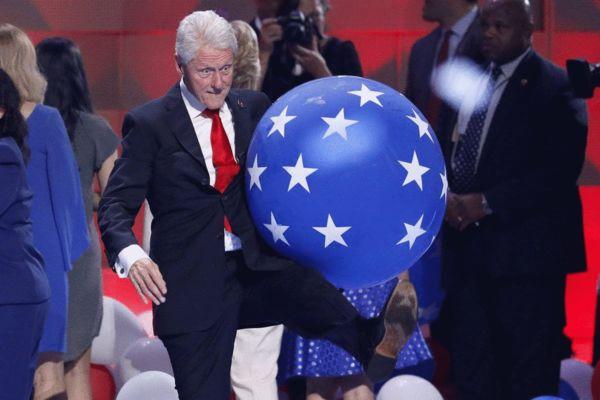 希拉里演讲结束后,克林顿玩起了蓝色气球