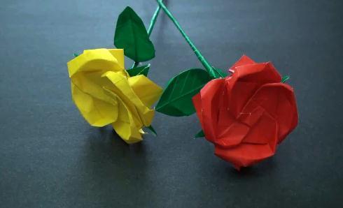 将选择好制作折纸玫瑰的正方形纸张折叠成如图所示的双三角形的折纸结