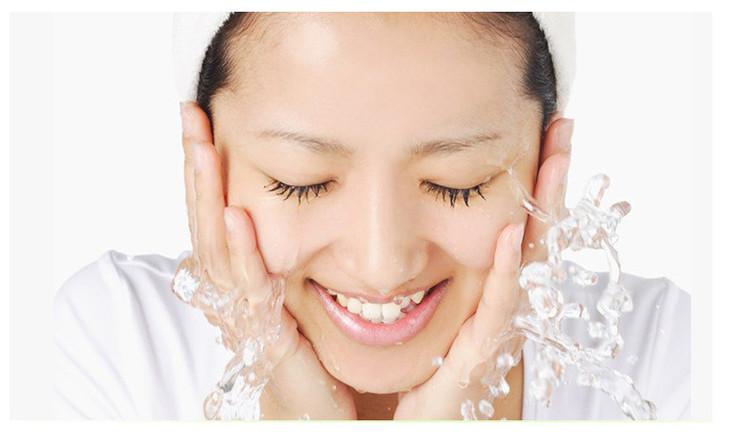 第一步:用温水湿润脸部   洗脸用的水温非常重要。有的人图省事,直接用冷水洗脸;有的人认为自己是油性皮肤,要用很热的水才能把脸上的油垢洗净。其实这些都是错误的观点,正确的方法是用温水。这样既能保证毛孔充分张开,又不会使皮肤的天然保湿油分过分丢失。   第二步:使洁面乳充分起沫   无论用什么样的洁面乳,量都不宜过多,面积有硬币大小即可。在向脸上涂抹之前,一定要先把洁面乳在手心充分打起泡沫,忘记这一步的人最多,而这一步也是最重要的一步。因为,如果洁面乳不充分起沫,不但达不到清洁效果,还会残留在毛孔内引