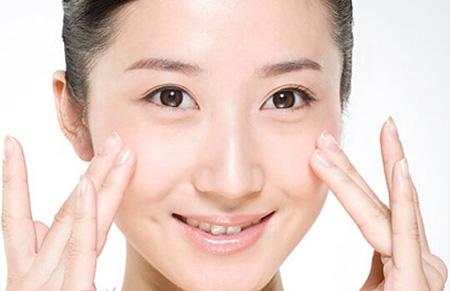 涂眼霜的正确方法图片