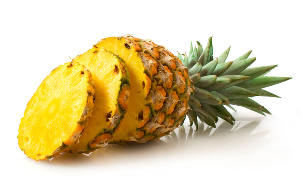 1、凤梨和菠萝的区别 有些人会认为凤梨和菠萝是一种水果,其实不然,下面就给大家先从二者外观的区别讲起吧。这样说吧,凤梨和菠萝并非同一种水果,而是长得相似的两种水果。菠萝削皮后,由于内刺需要用刀划出一道道沟,这就是我们常见的菠萝。而凤梨消掉外皮后。没有内刺。故不需要用到划出一道道沟。