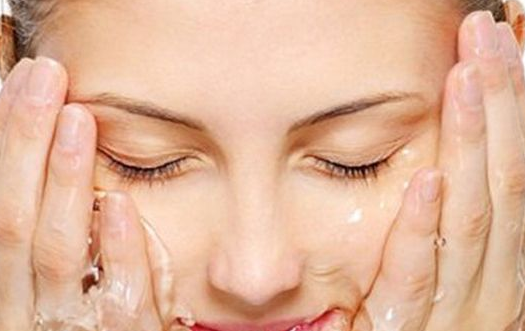 眉毛上长痘痘是什么原因?