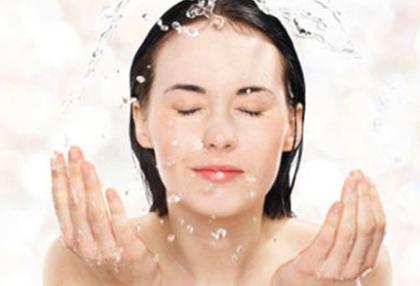 洗净脸部和双手然后浸入加入白醋的温水中洗脸和手5分钟后换用清水