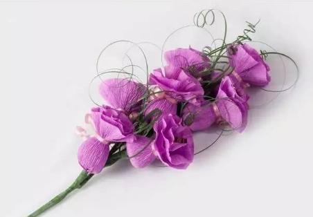 看看最终制作好的皱纹纸玫瑰花.
